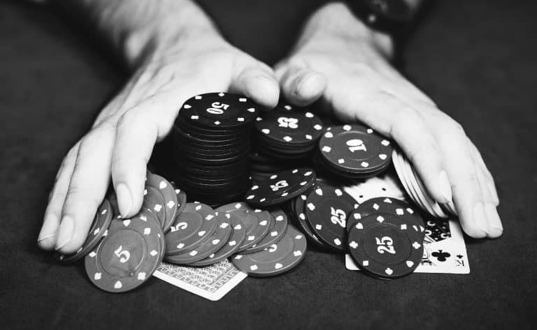 Mann schiebt Pokerchips